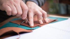 Mãos dos curtidores no trabalho com couro Foco selecionado, fim acima fotografia de stock