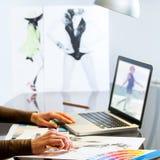 Mãos dos desenhadores de moda que criam o projeto Foto de Stock Royalty Free