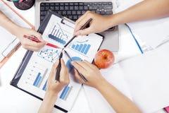 Mãos dos empresários que apontam no gráfico financeiro Fotos de Stock Royalty Free