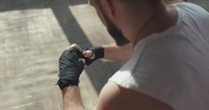Mãos dos envoltórios do pugilista Pugilista do homem que envolve as mãos que preparam-se para uma luta video estoque