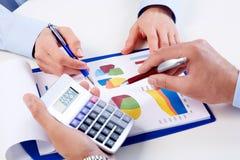 Mãos dos executivos com calculadora. fotos de stock royalty free