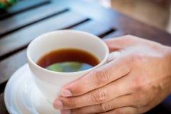 Mãos dos homens com xícara de café. Fotografia de Stock