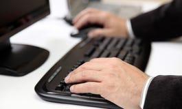 Mãos dos homens no teclado do PC Fotografia de Stock