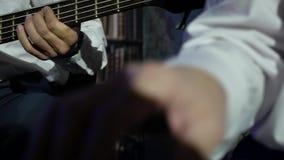 Mãos dos músicos nas camisas brancas que jogam um concerto vivo vídeos de arquivo
