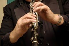 Mãos dos músicos que jogam o clarinet Imagem de Stock