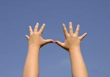 Mãos dos miúdos fotografia de stock