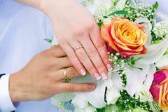 Mãos dos newlyweds imagens de stock