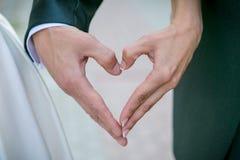 Mãos dos noivos Fotografia de Stock