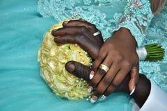 Mãos dos noivos com ouro nos dedos no festival Hina, Israel 2016 Fotografia de Stock Royalty Free