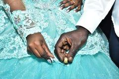 Mãos dos noivos com ouro nos dedos no festival Hina, Israel 2016 Foto de Stock