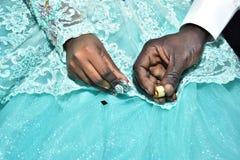 Mãos dos noivos com ouro nos dedos no festival Hina, Israel 2016 Imagem de Stock Royalty Free