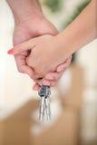 Mãos dos pares com chave Imagem de Stock Royalty Free