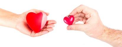 Mãos dos pares com formas do coração Fotos de Stock