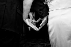 Mãos dos pares da forma da lareira Imagens de Stock
