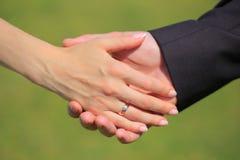 Mãos dos pares do casamento Fotografia de Stock