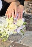 Mãos dos pares do casamento Imagens de Stock Royalty Free