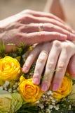 Mãos dos pares do casamento com anéis dourados Fotografia de Stock
