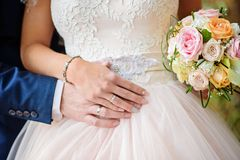 Mãos dos pares do casamento imediatamente depois da cerimônia Fotos de Stock Royalty Free