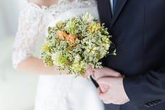 Mãos dos pares no casamento Fotos de Stock Royalty Free