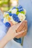 Mãos dos pares no casamento Imagem de Stock Royalty Free