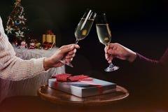 Mãos dos povos do Natal ou da celebração do ano novo com glas de cristal Fotos de Stock Royalty Free