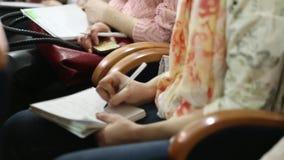 Mãos dos povos que fazem anotações vídeos de arquivo