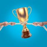 Mãos dos povos que puxam a corda no fundo azul Conceito da competição Imagens de Stock