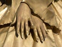 Mãos douradas das mulheres Fotos de Stock