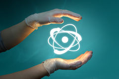 Mãos e átomo foto de stock royalty free