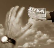 Mãos e 10 dólares Imagens de Stock