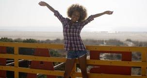 Mãos e alegria de espalhamento da moça fotos de stock royalty free