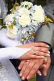 Mãos e anéis de casamento imagens de stock royalty free
