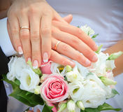 Mãos e anéis no ramalhete do casamento Foto de Stock Royalty Free