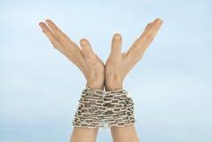 Mãos e céu acorrentados Imagens de Stock Royalty Free