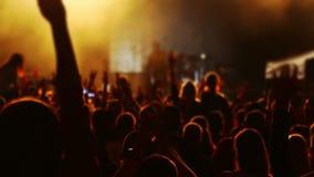 Mãos e cabeças dos espectadores em um concerto