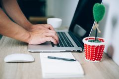 Mãos e cadernos que trabalham em um escritório imagens de stock royalty free