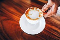 Mãos e café de amantes quentes do café nos espress quentes da manhã foto de stock