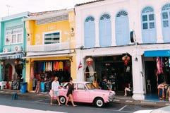 Mãos e caminhada da posse do homem e da mulher através das ruas coloridas velhas da cidade fotos de stock