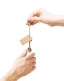 Mãos e chave com etiqueta em branco Foto de Stock Royalty Free
