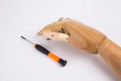 Mãos e chave de fenda de madeira Foto de Stock