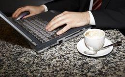 Mãos e computador Fotografia de Stock Royalty Free
