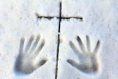Mãos e cruz Fotos de Stock Royalty Free