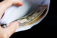 Mãos e envelope com dólares Foto de Stock Royalty Free