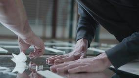 Mãos e espelhos masculinos video estoque