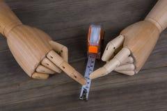 Mãos e fita métrica imagens de stock