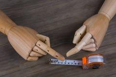Mãos e fita métrica fotos de stock