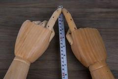 Mãos e fita métrica, construção que calcula ferramentas Fotos de Stock Royalty Free