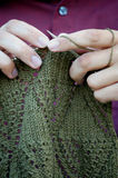 Mãos e laço feito malha Fotografia de Stock Royalty Free
