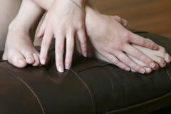 Mãos e pés de mulher nova Fotografia de Stock Royalty Free