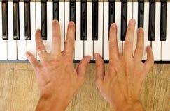 Mãos e piano Fotos de Stock Royalty Free